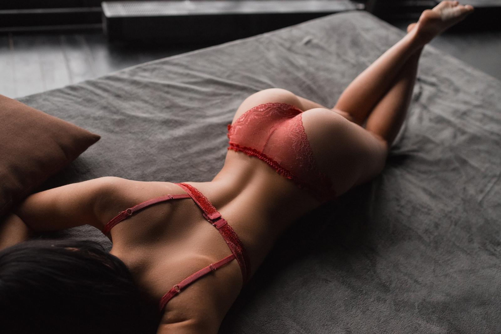 Красивые попки в красных стрингах