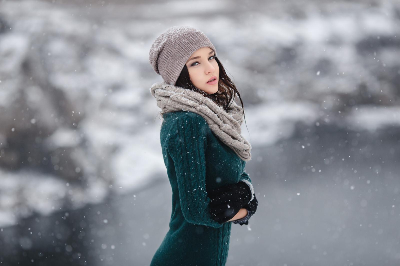 брюнетки под снегом фото фото материалы сайте