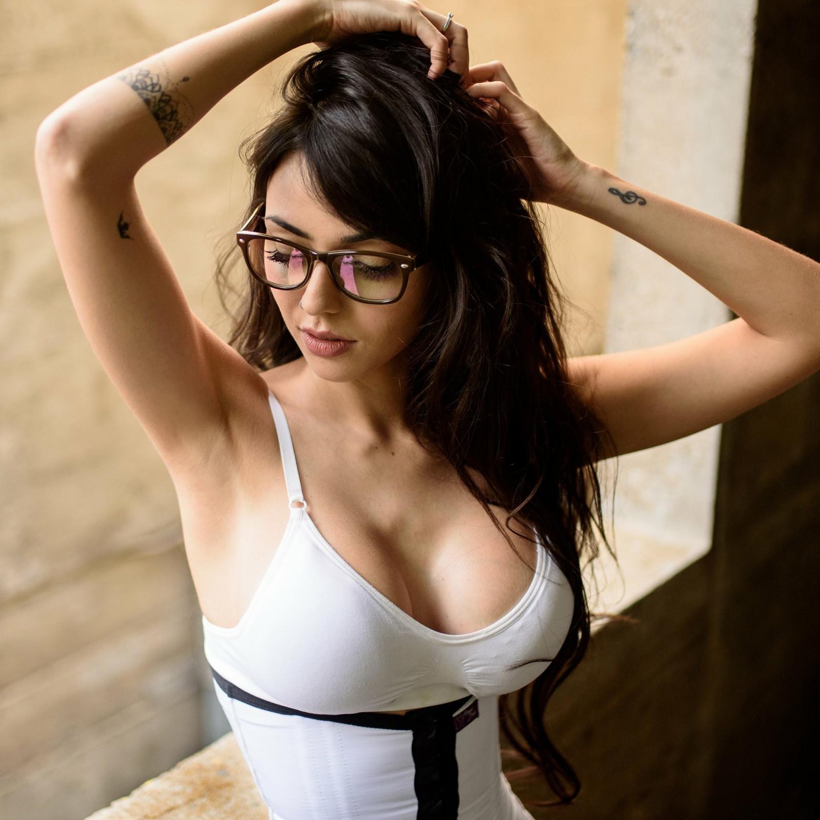 Женщина в очках показала большие размеры — img 4
