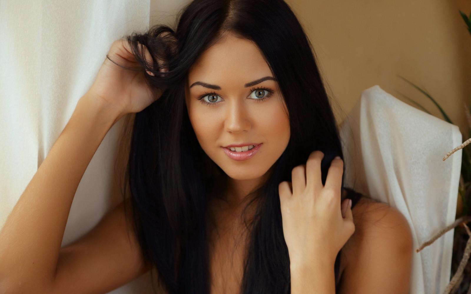 Фото красивой девушки брюнетка только одно ее фото