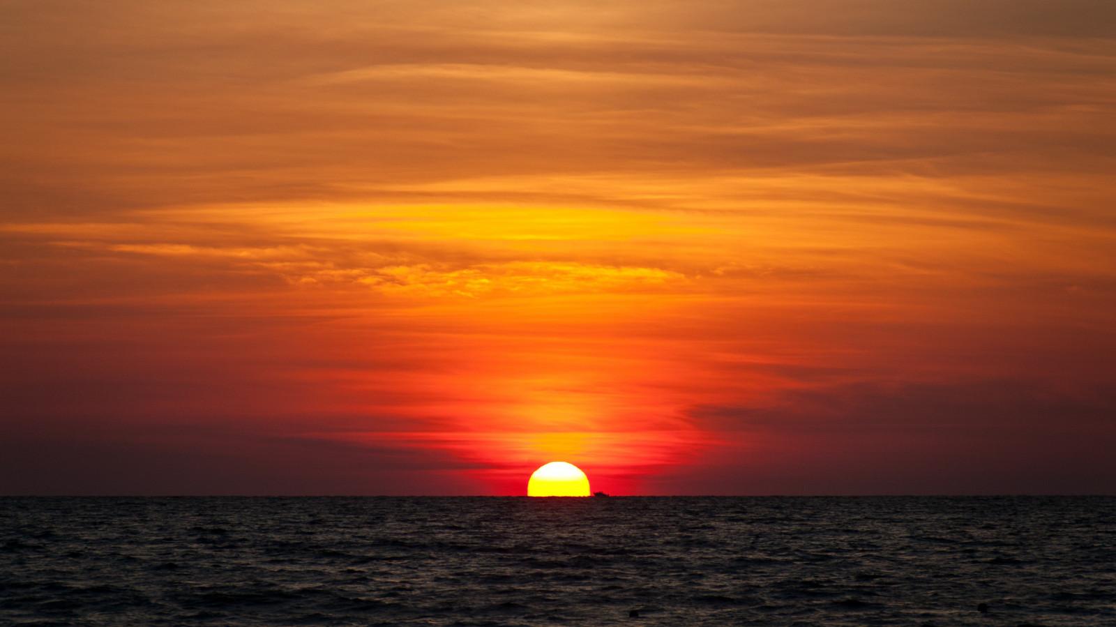 восход солнца на море лодки