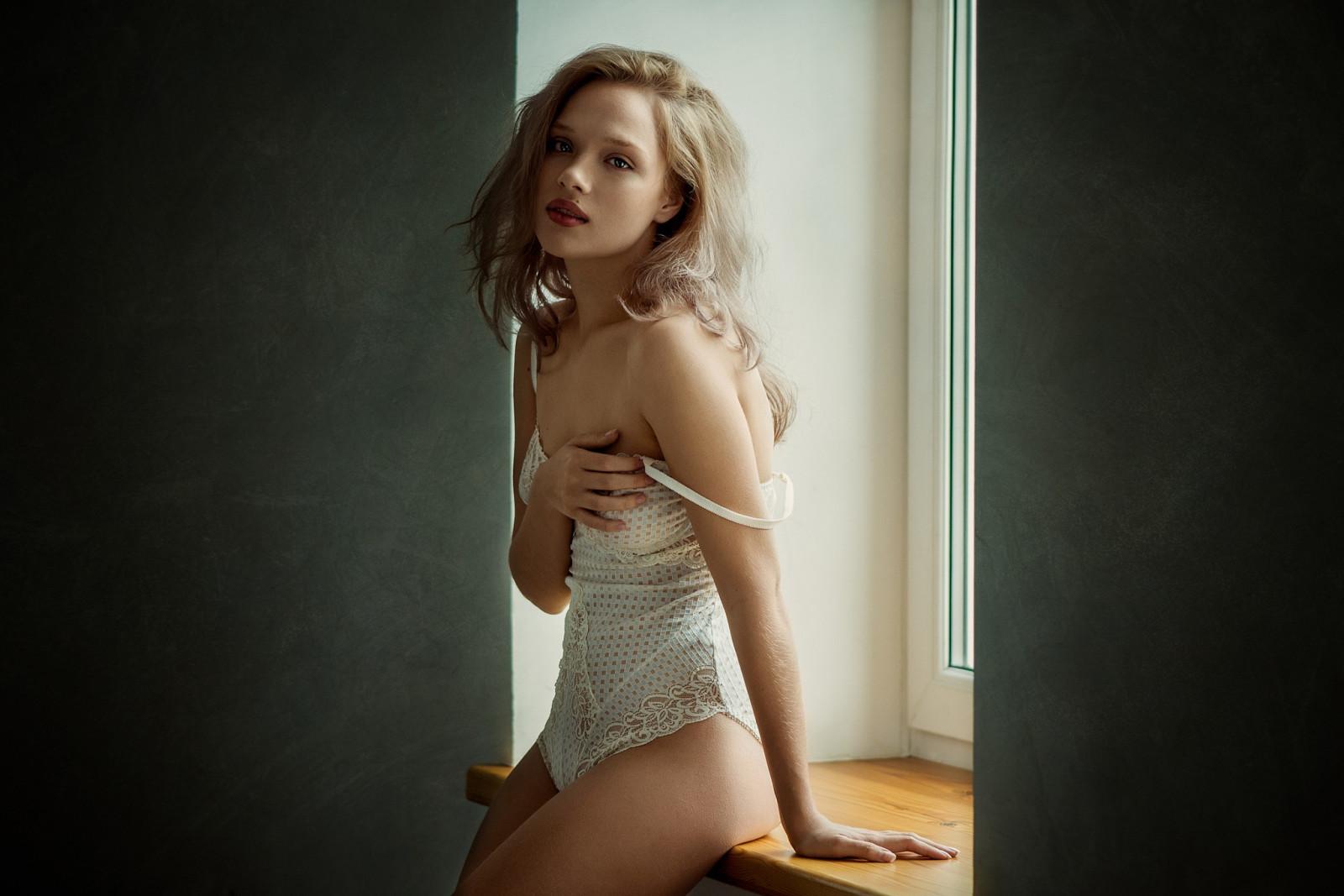 Фото голых миниатюрных женщин, стоя на коленях сосет член-фото