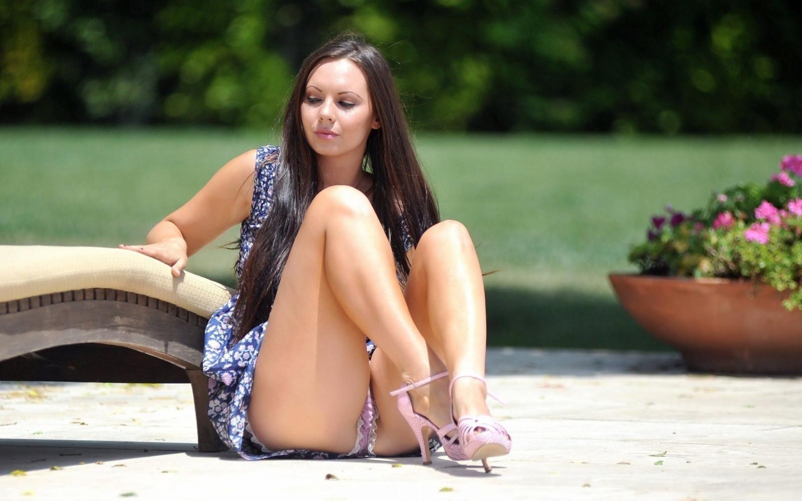 лигавих, женщины сидящие на корточках в нижнем белье клипе появляется