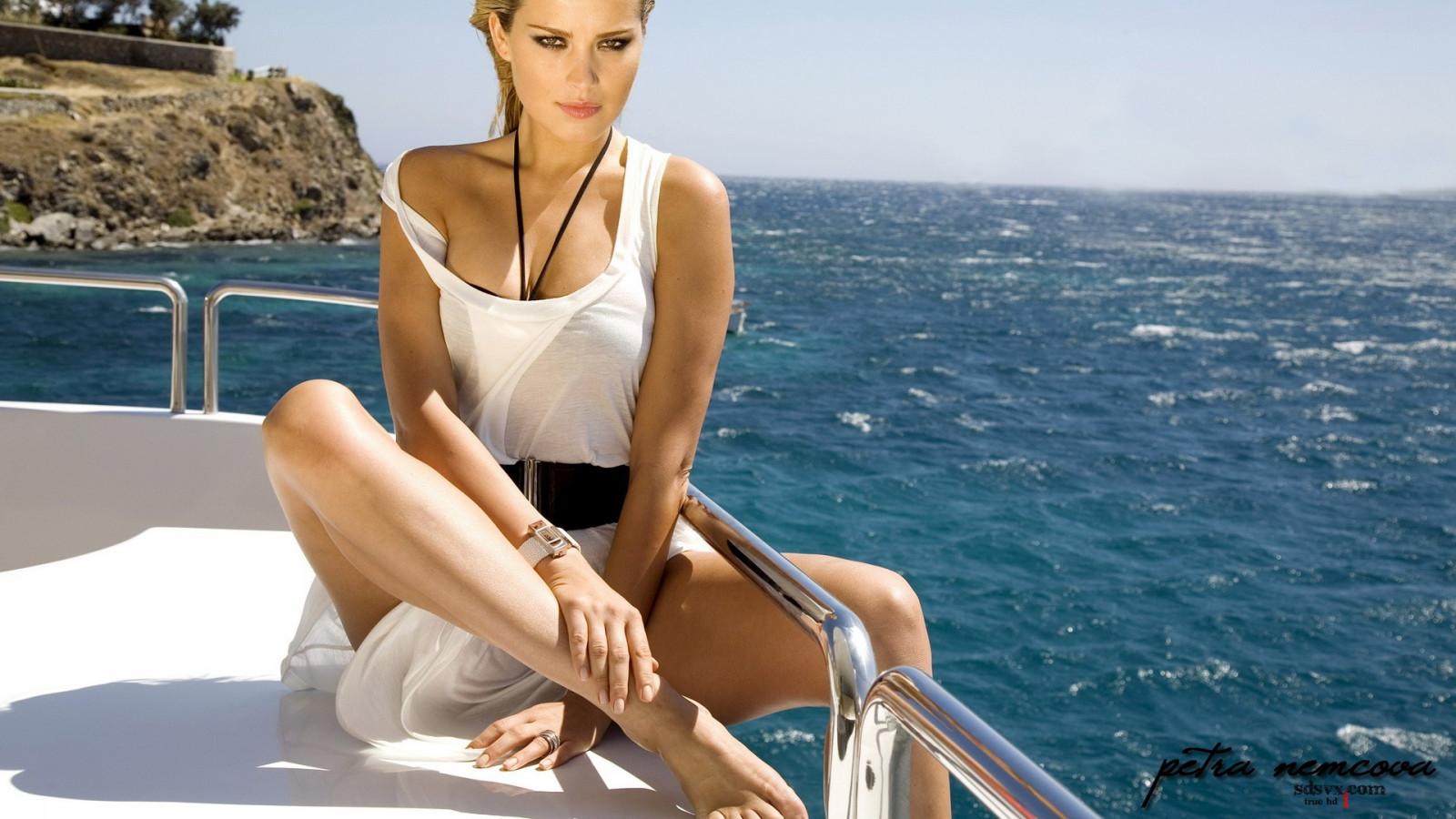Девушки на катере в море фото
