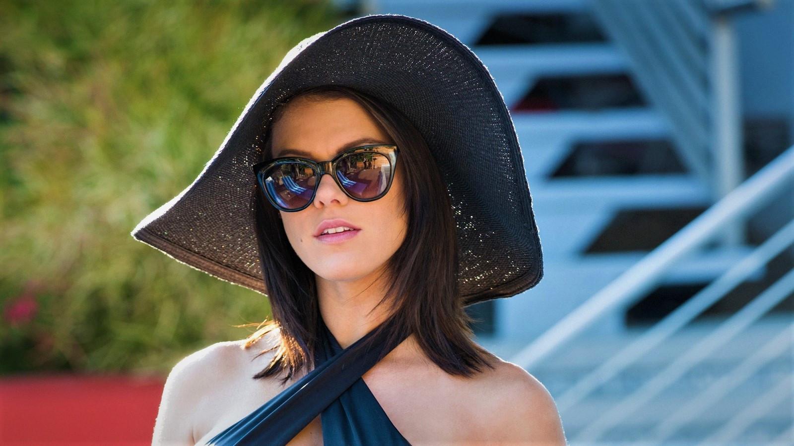 d66987339c71 Peta Jensen Kvinder med briller kigger på viever Kvinder model pornostjerne solbriller  hat Bare skuldre