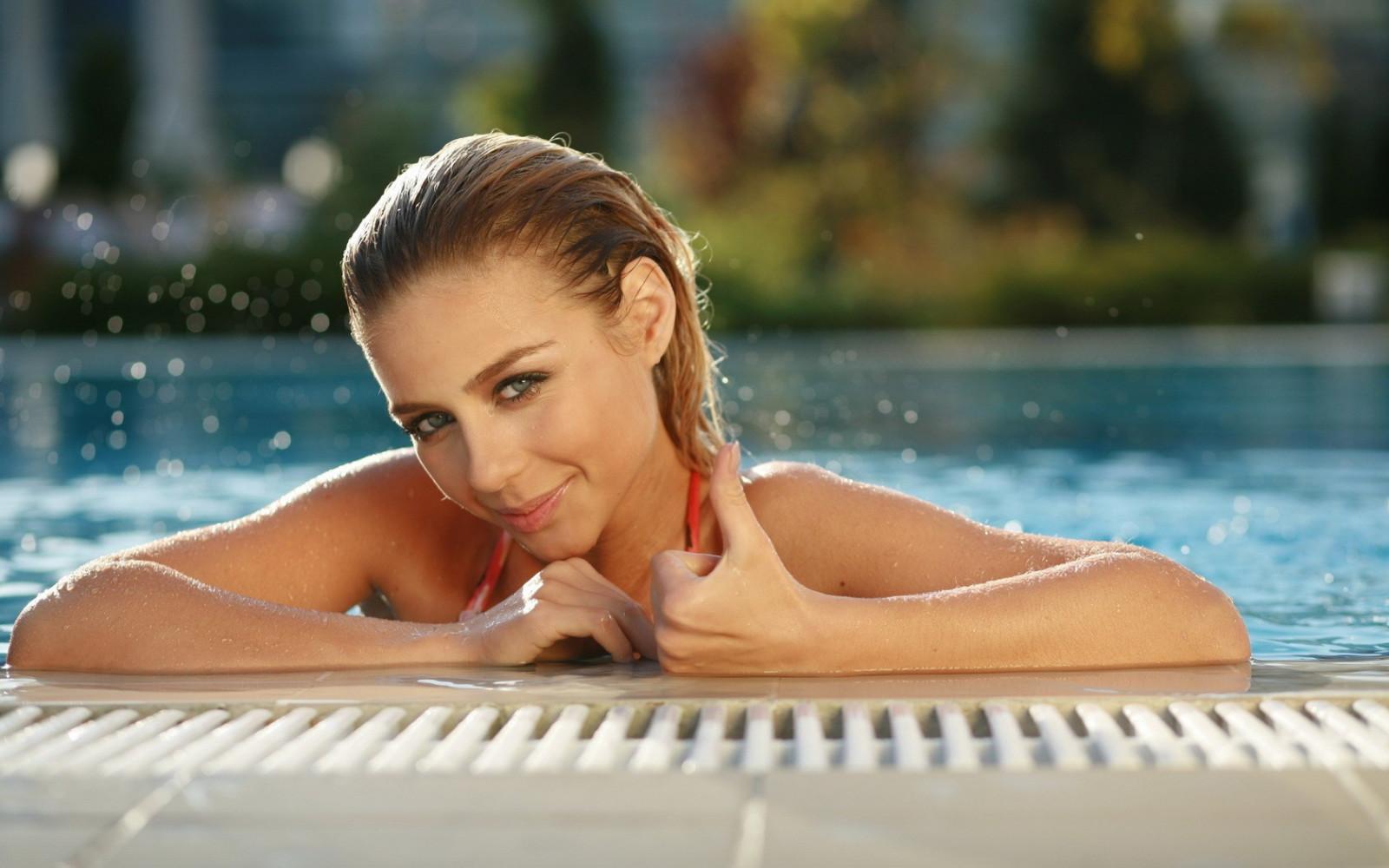 Красивые дамы в бассейне #2