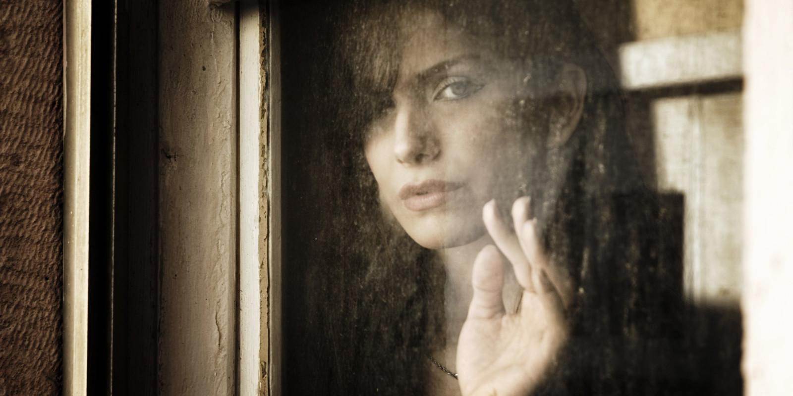 blanco negro mujer modelo retrato ventana Mirando al espectador fotografía Mirando por la ventana Persona cabeza ligero color niña belleza ojo fotografía oscuridad imagen 2000x1000 px Fotografía de retrato