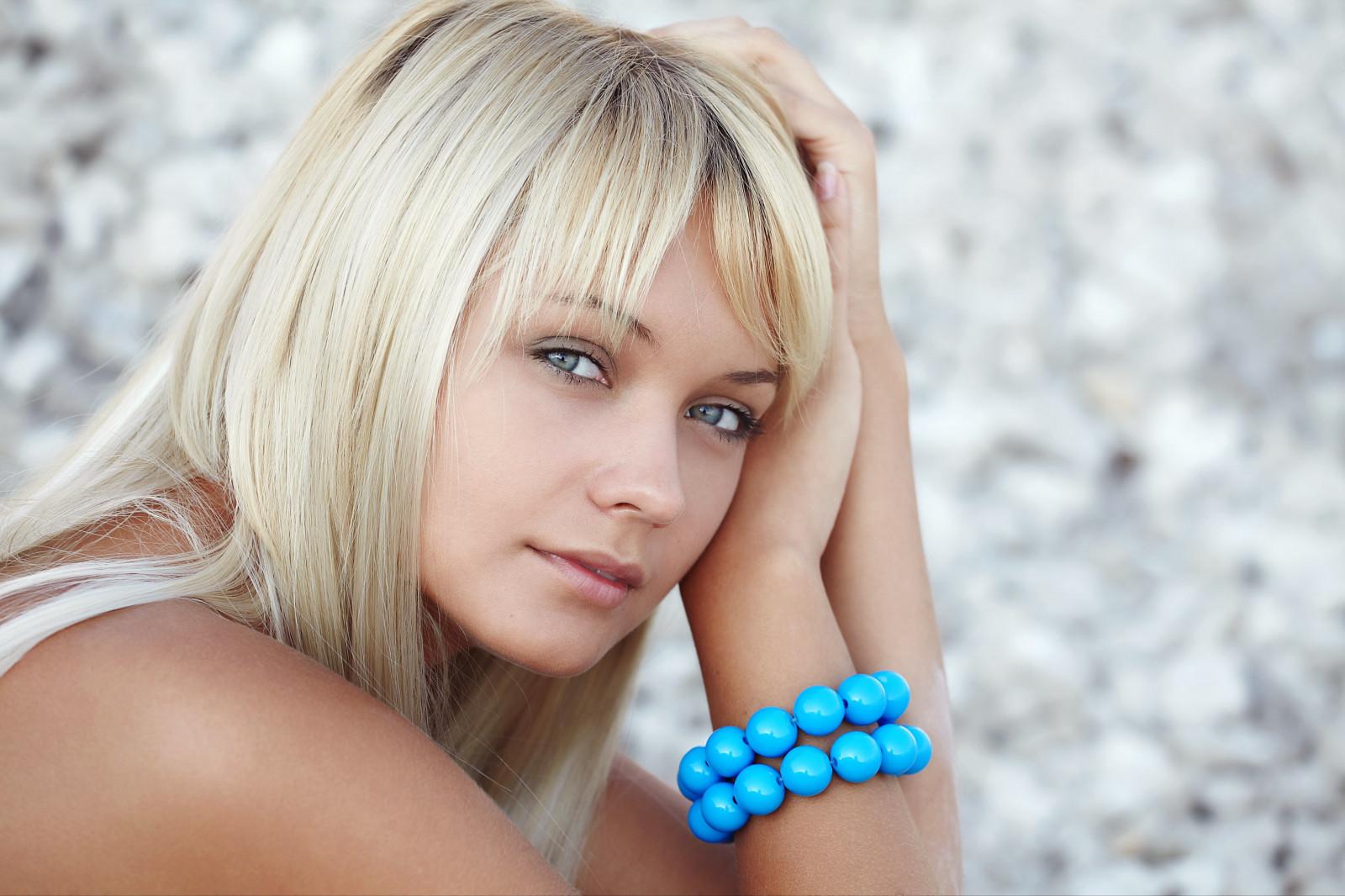 Голубоглазая блондинка со средними волосами фото