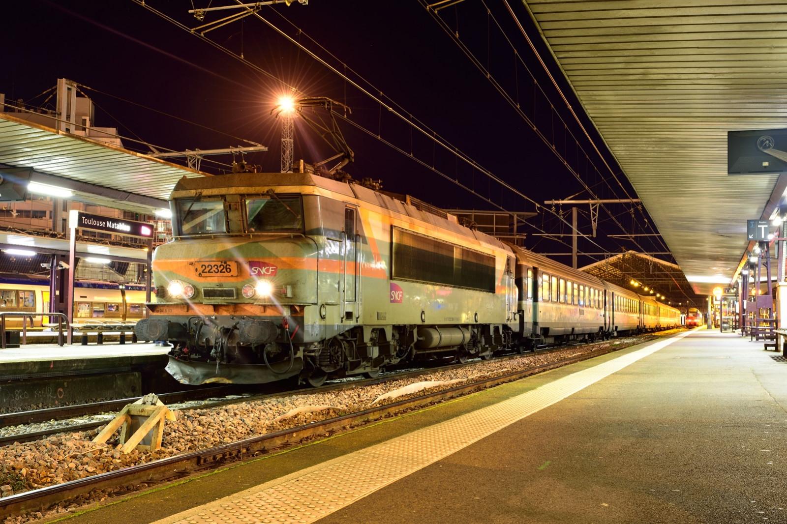 tiger train station surprises - HD1600×1066
