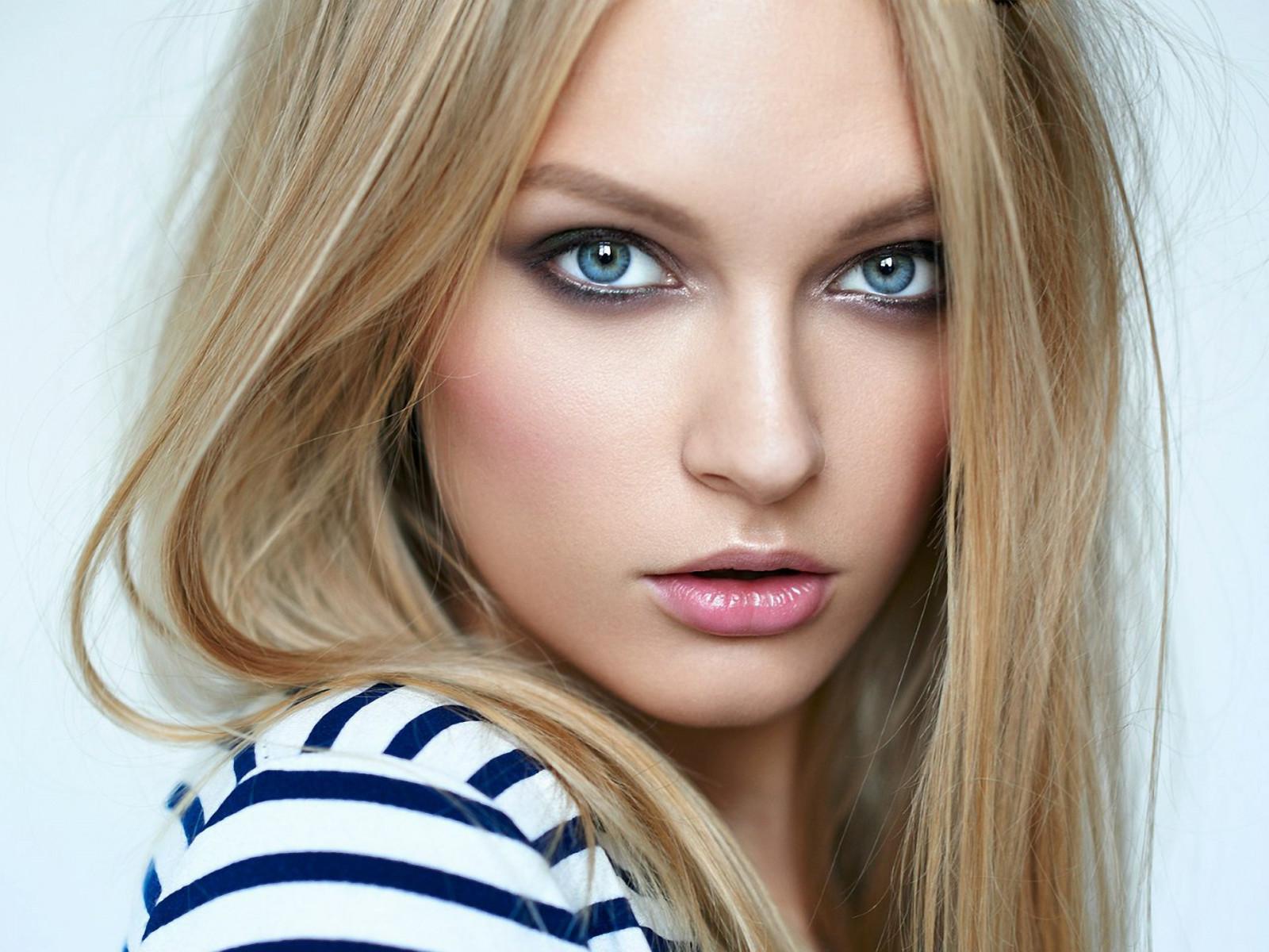 еще английская модель блондинка нравится испытывать возбуждение