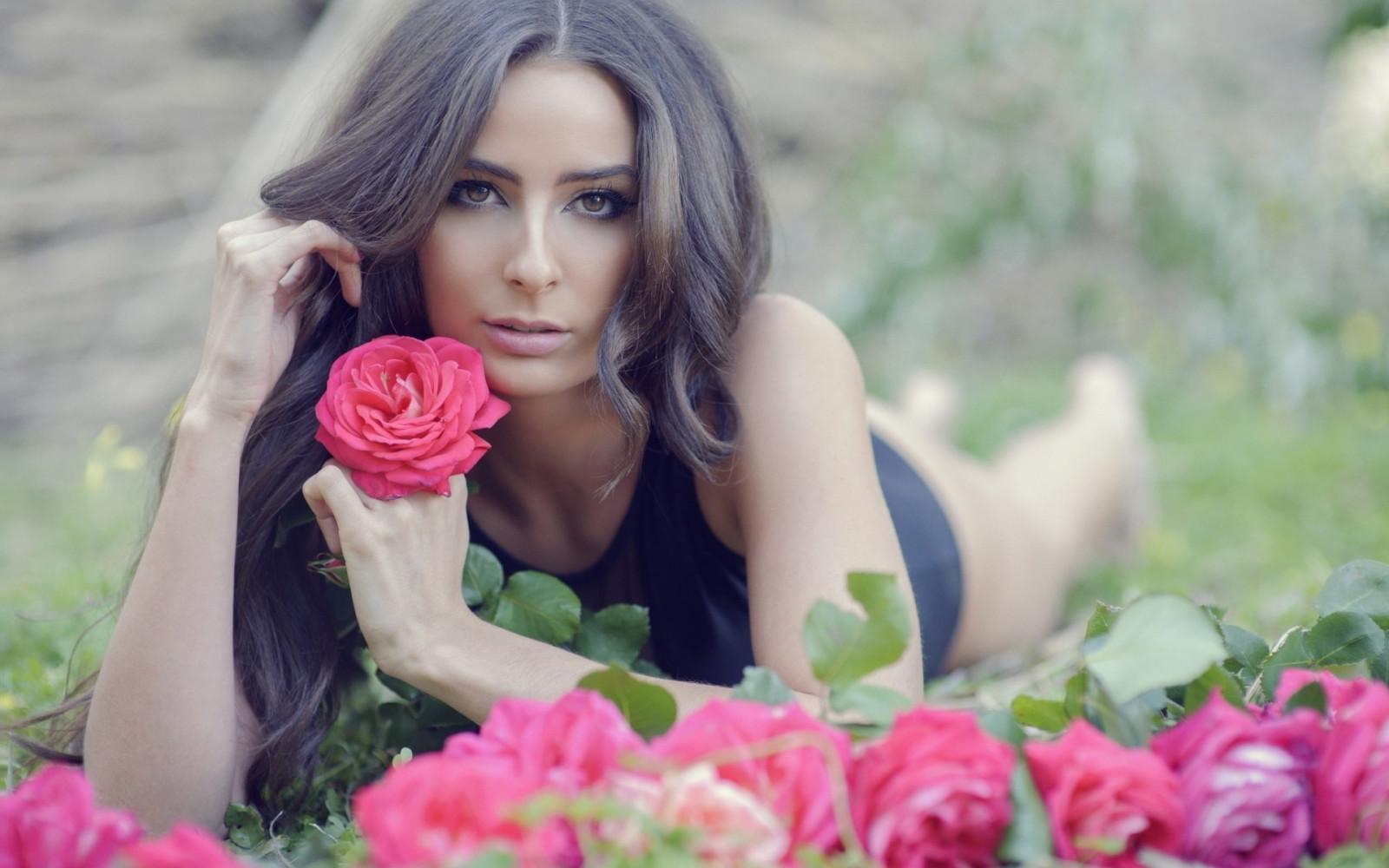 Обычные фотки девушек с розами брюнеток