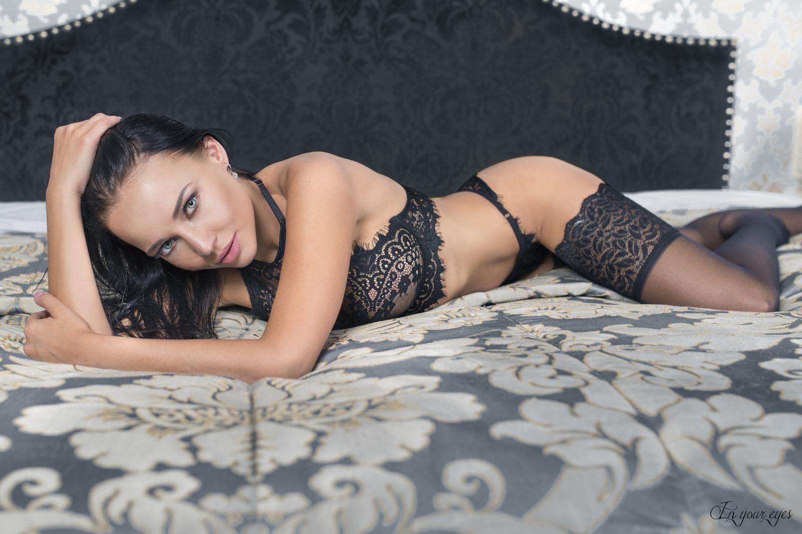 Сексуальная татарочка в черном белье, обнаженная девушка на обычном пляже порно