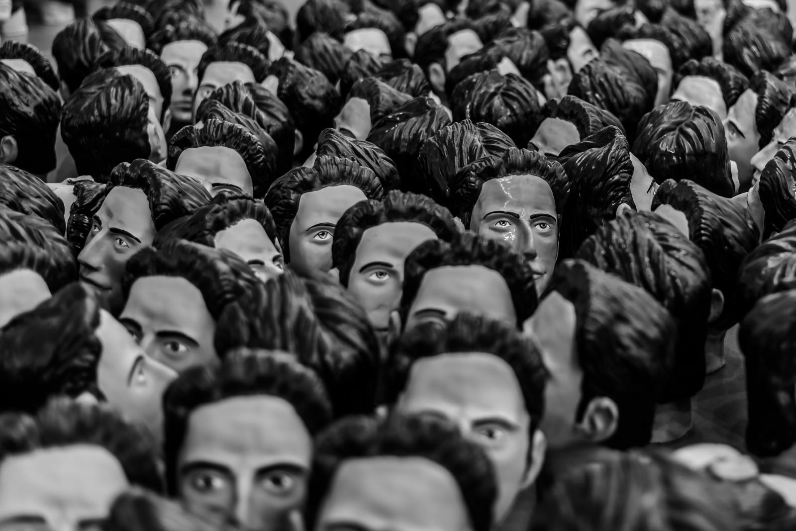 Толпа черных на одну белую