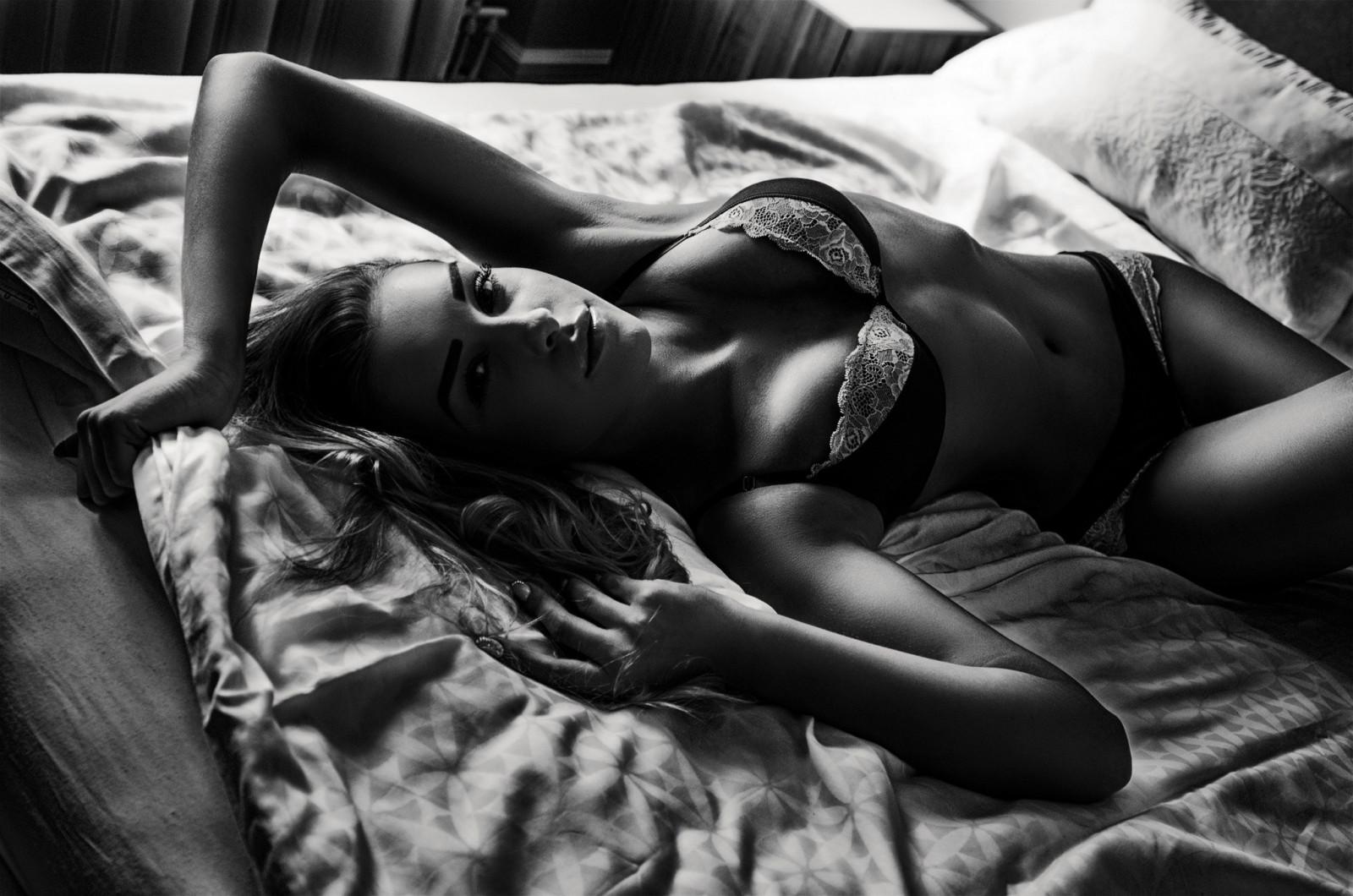 Красивые изгибы женского тела в постелекартинки — img 11