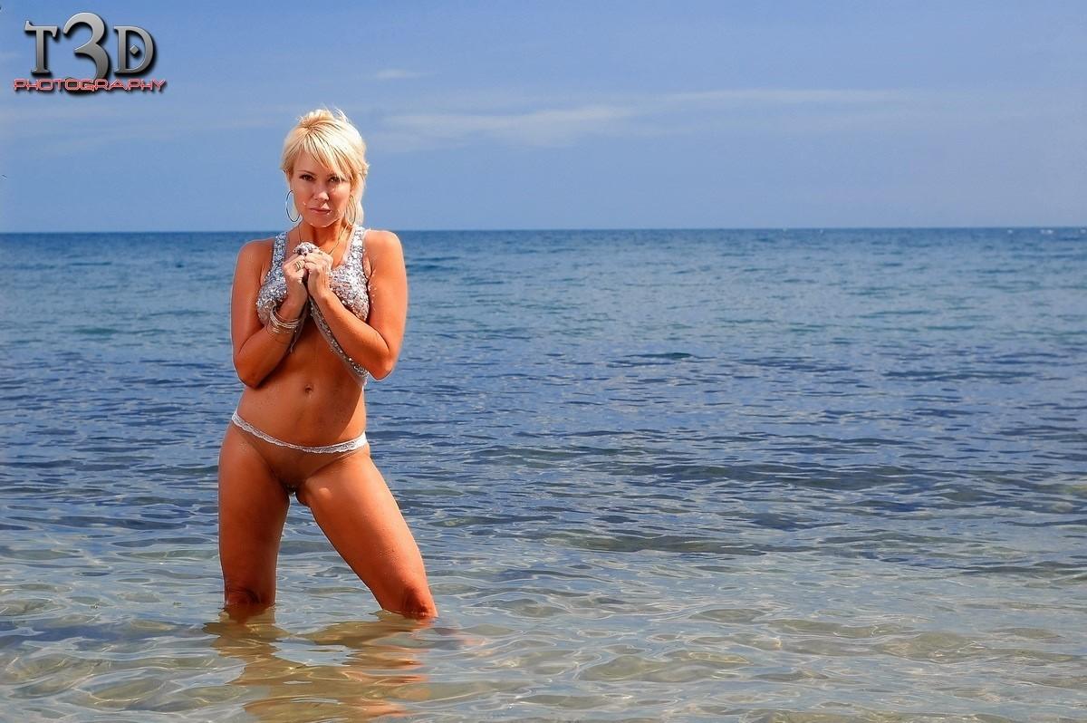 Mature good body at the beach