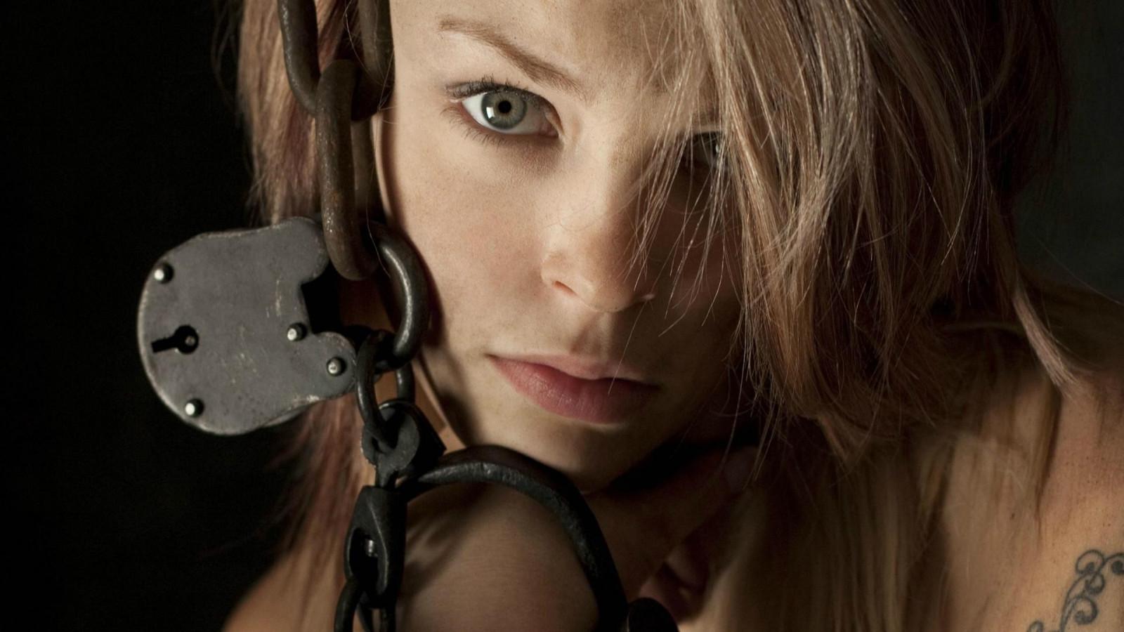 закованные в наручники девушки еще как