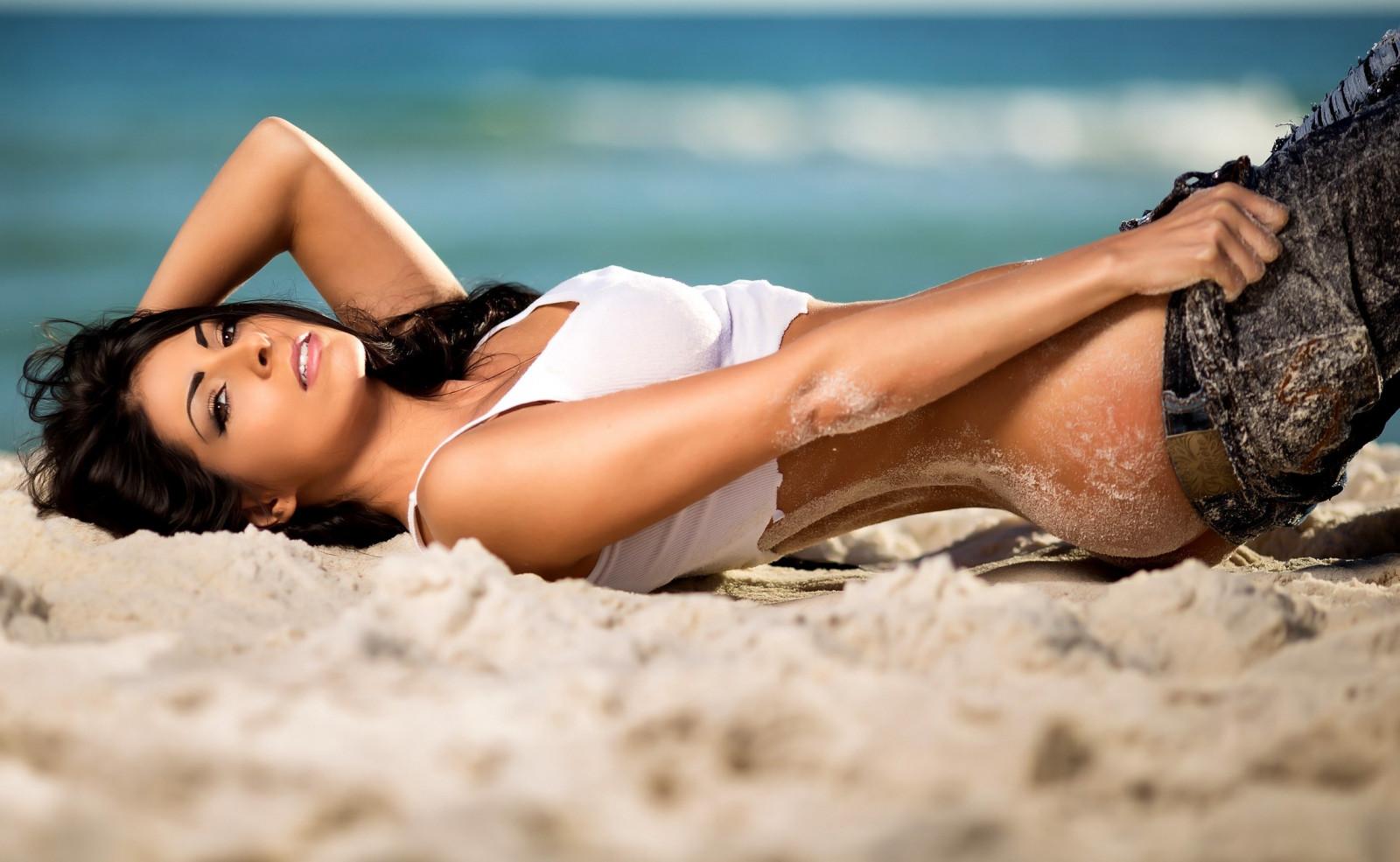 несколько порно красивые девушки на пляже полуголые веселятся, только