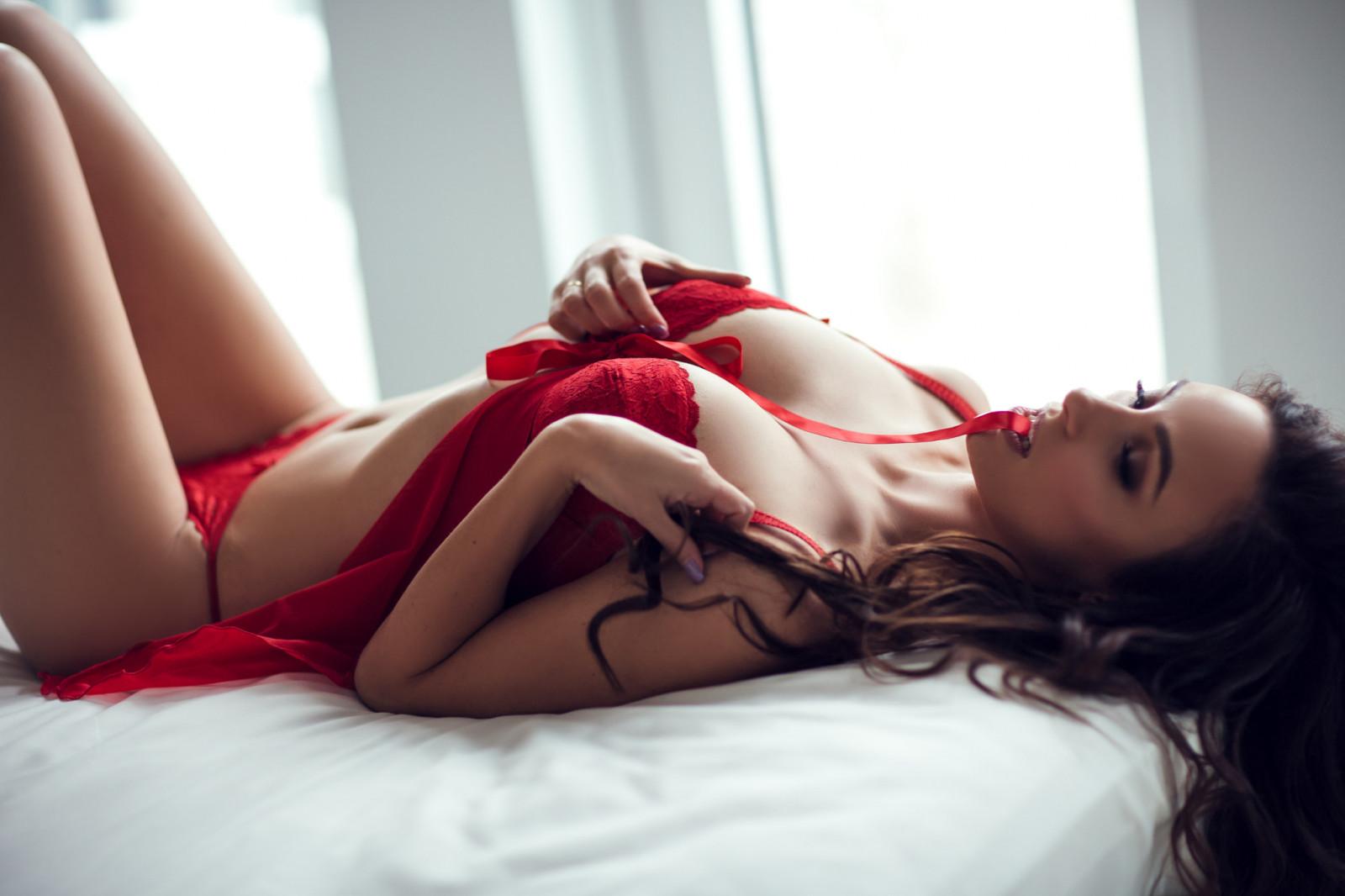 моем воображении эротические девушка в красных трусиках и в красном лифчике кончает очень