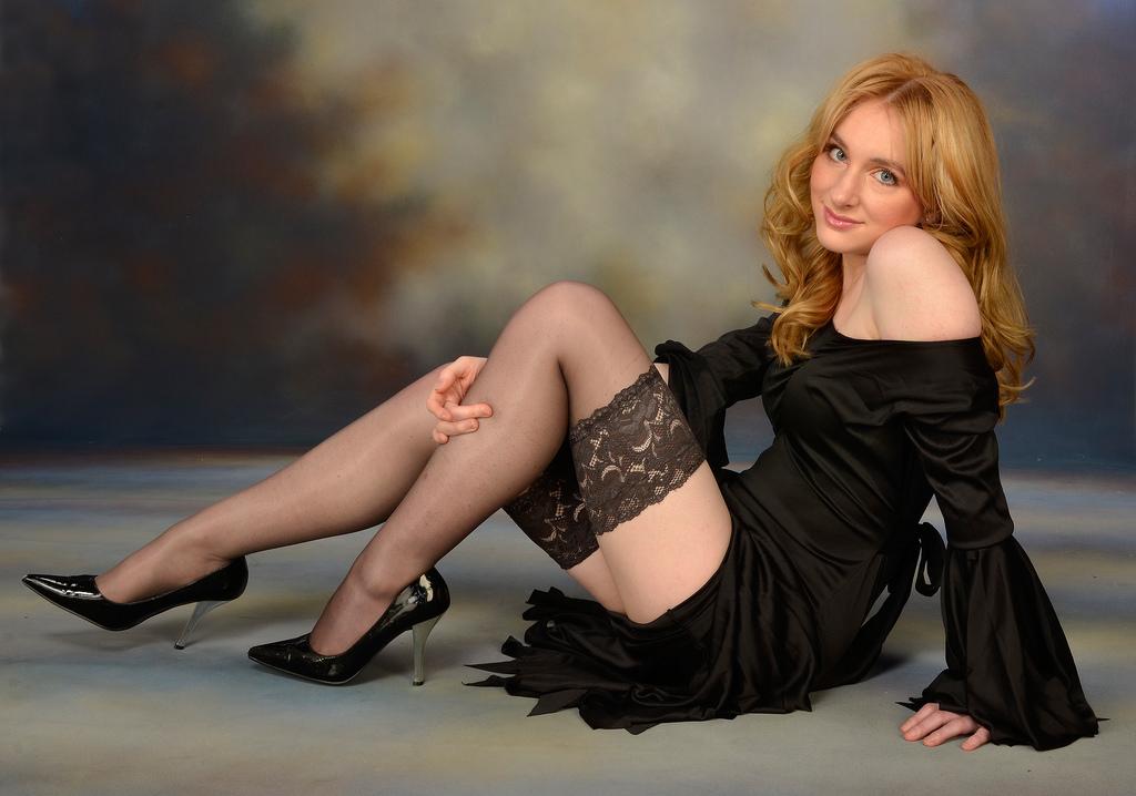 Фото девушка в чулках и черном платье — img 5
