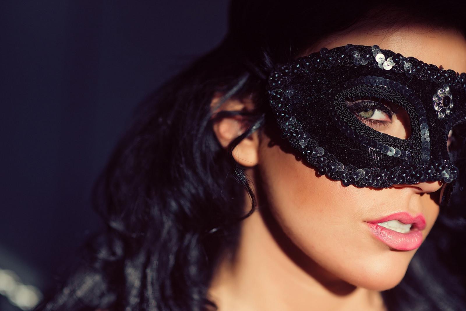 Фото русой девушки серьезной в черной маске домашнее порно
