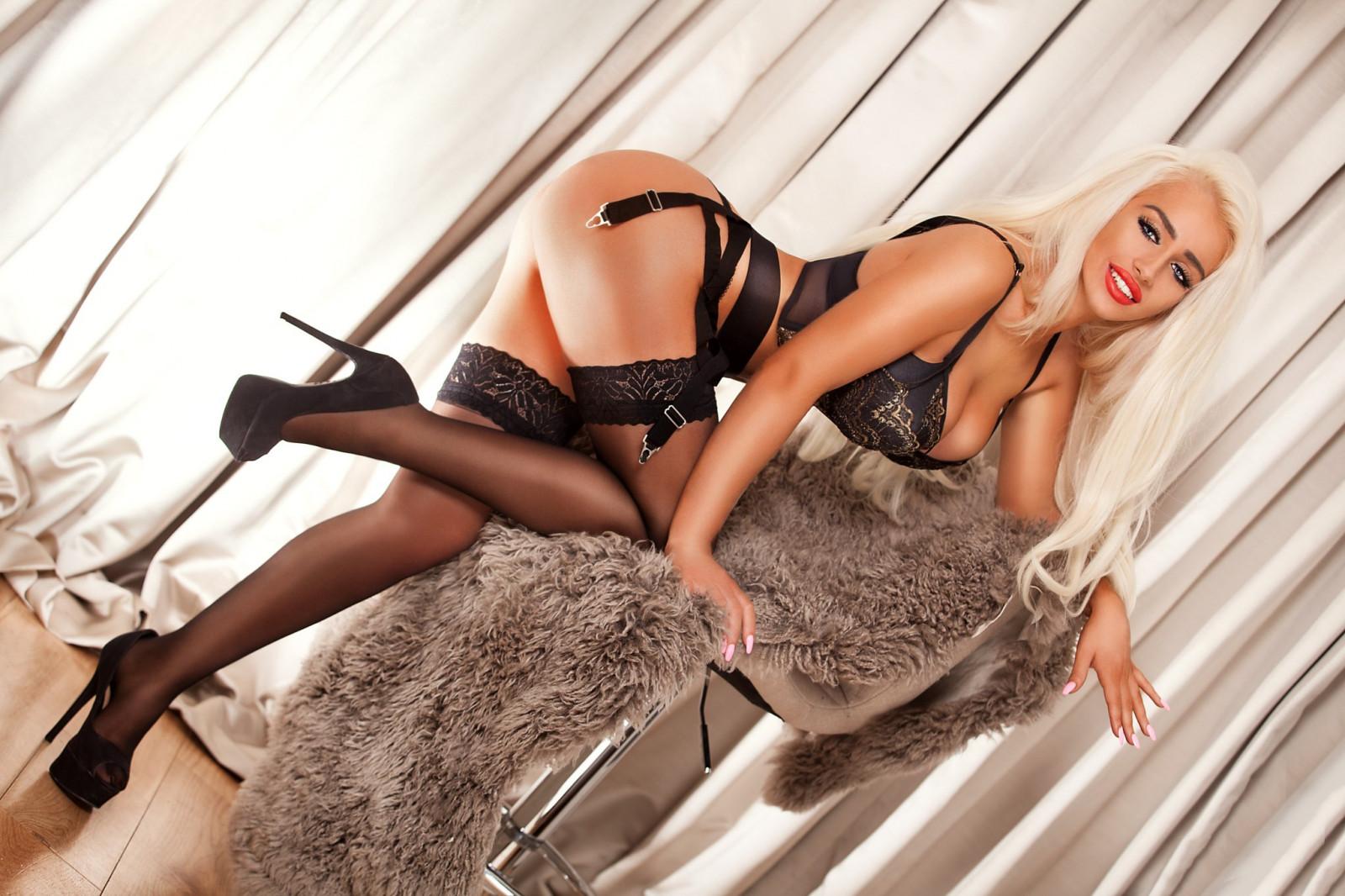 механические секс фотосессии блондинок в чулках кровати накаченным негром