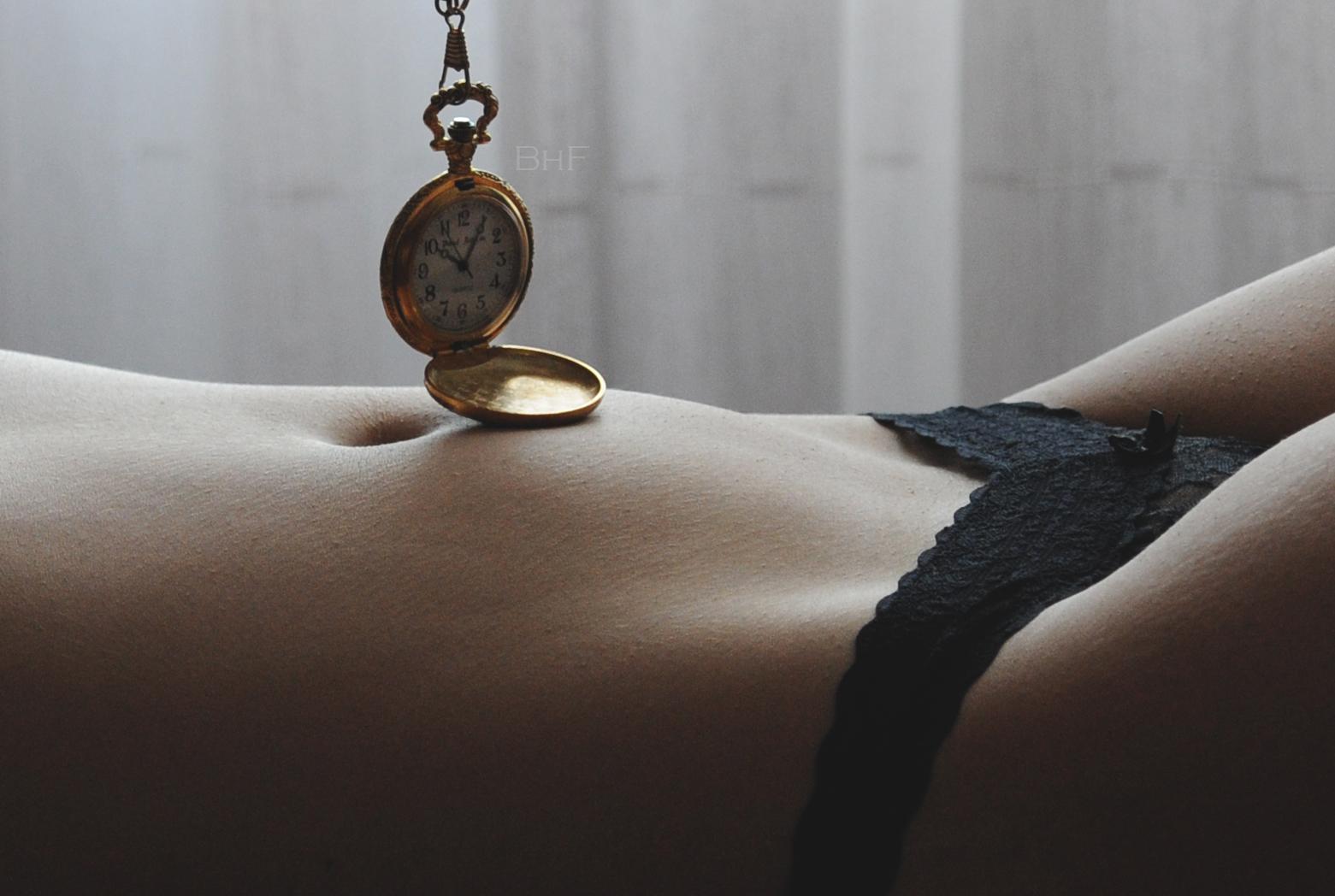 negro reloj metal desnudo niña mujer reloj Mujer Chica negro cuerpo cuello joyería Formas Desnudo Lenceria Cuerpo abdomen Ombligo Encaje Curvas Reloj ropa interior Semidesnudo