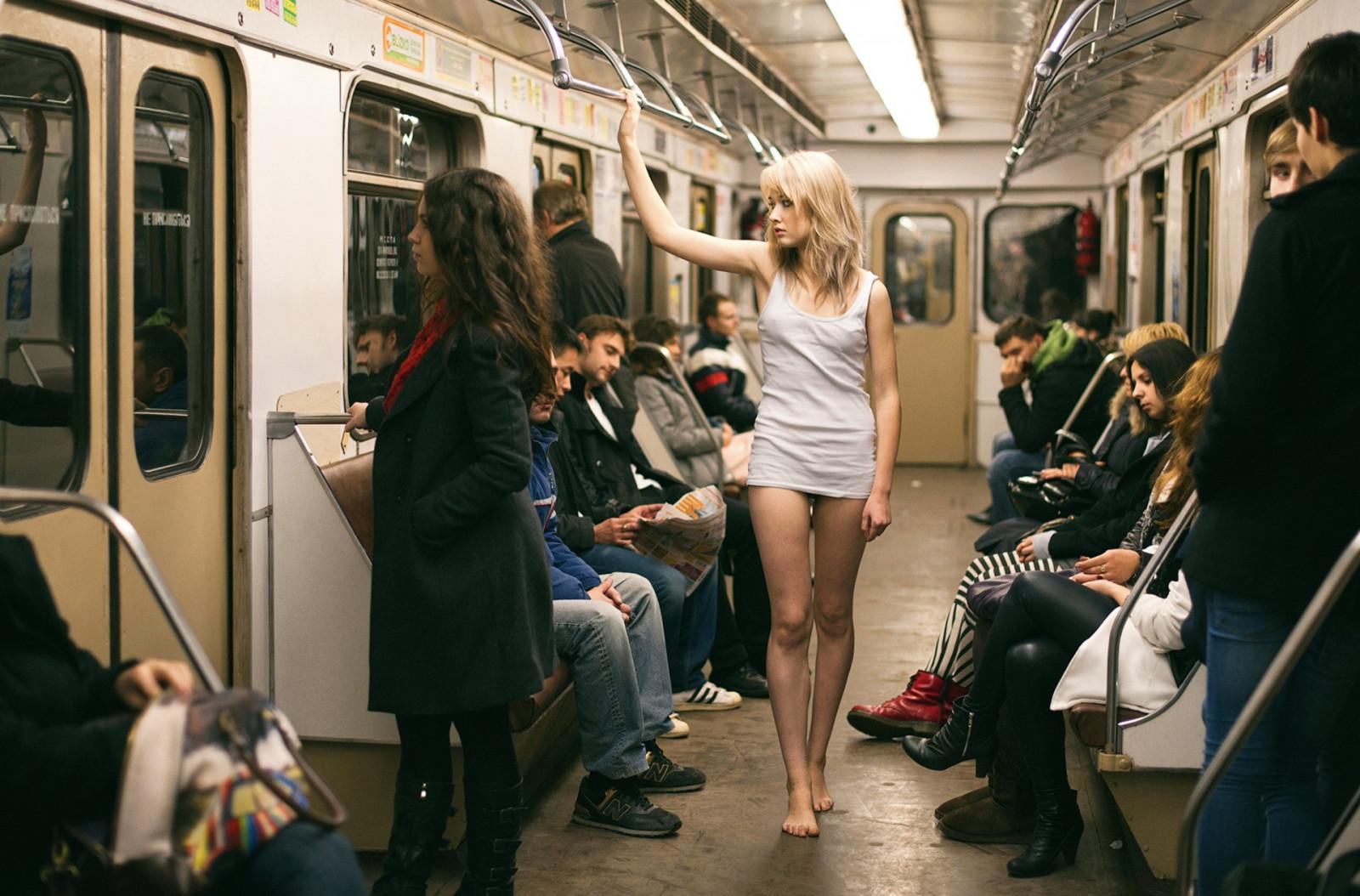 Голые девушки в трамваях автобусах 118