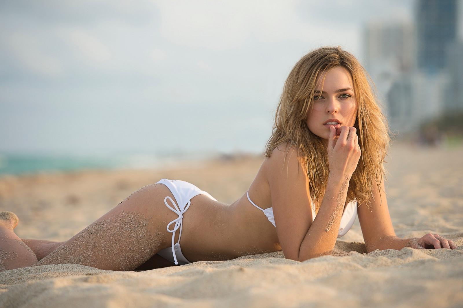 girls-in-bikini-photos-strong