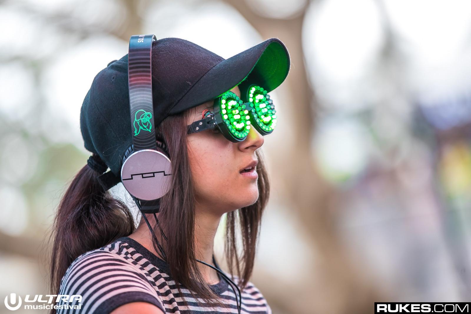 b4f940f7bd8b solbriller briller fotografering hovedtelefoner hestehale lyd DJs Ultra  Music Festival Rukes com pige sjovt hovedbeklædning mode