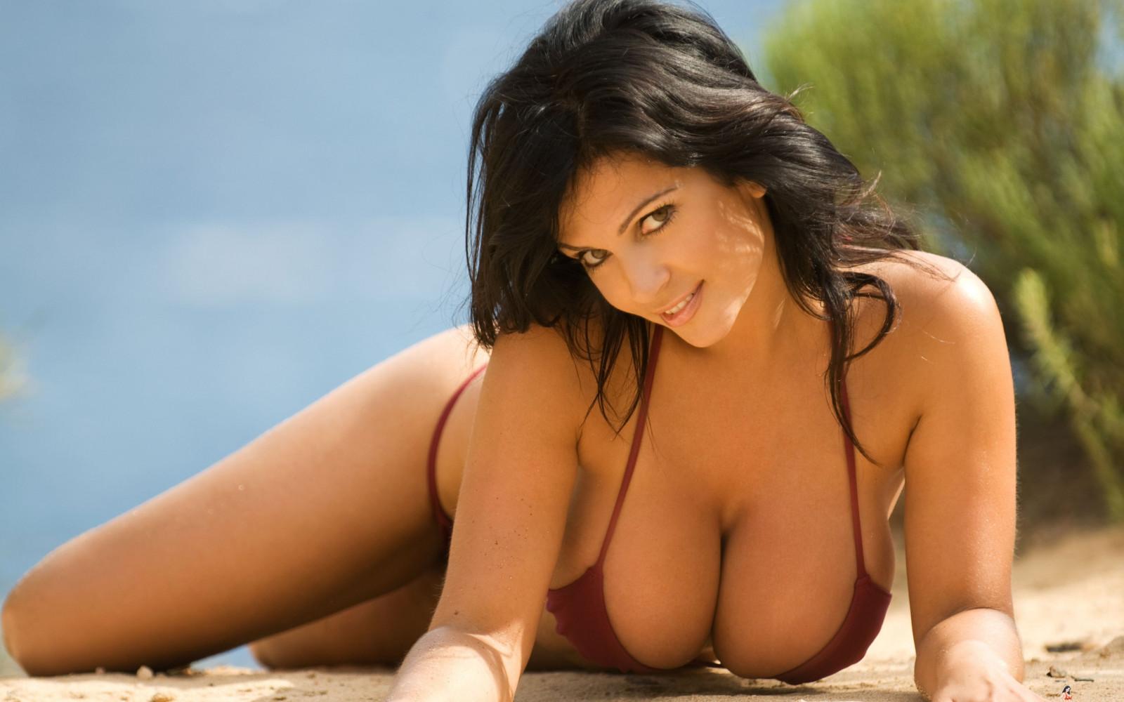 Девушки в купальниках диез мелани голая на пляже #11