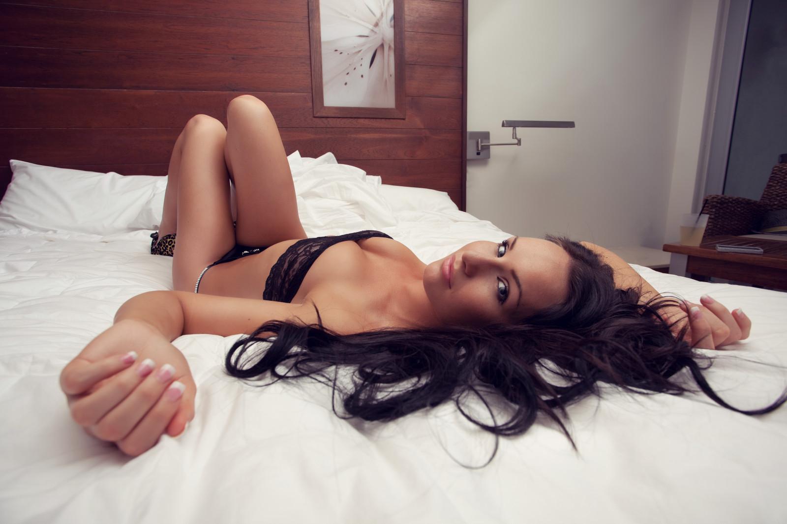 групповой секс с девушкой прикованной к кровати фото мне