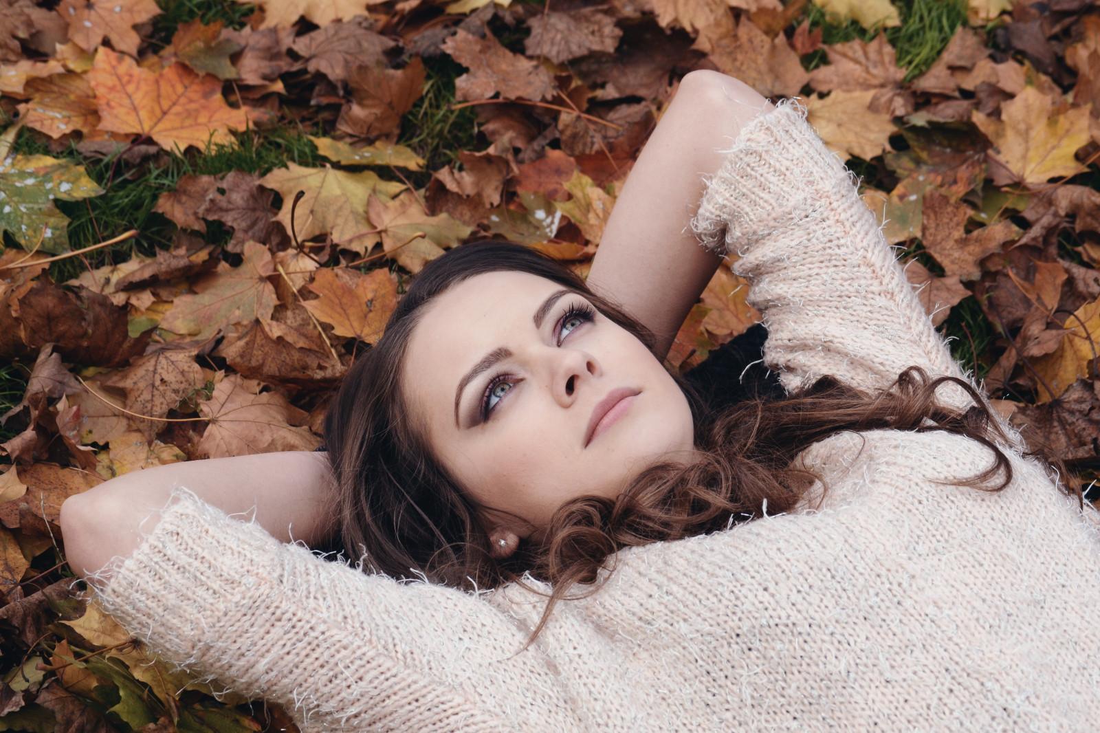 Прикольные, картинки девушек на природе осенью