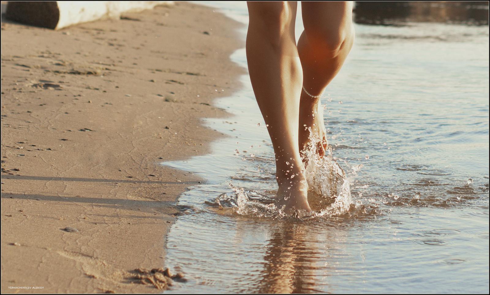 ноги девушки в воде фото - 4