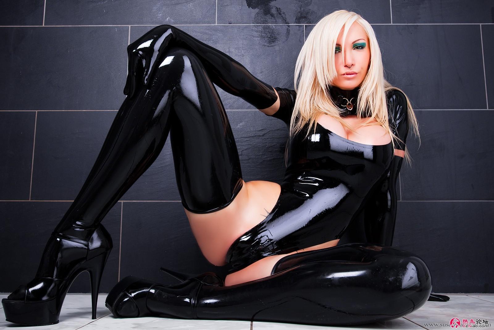 Blonde pulpeuse en bottes de cuir se fait prendre sur le lit - 1 part 8