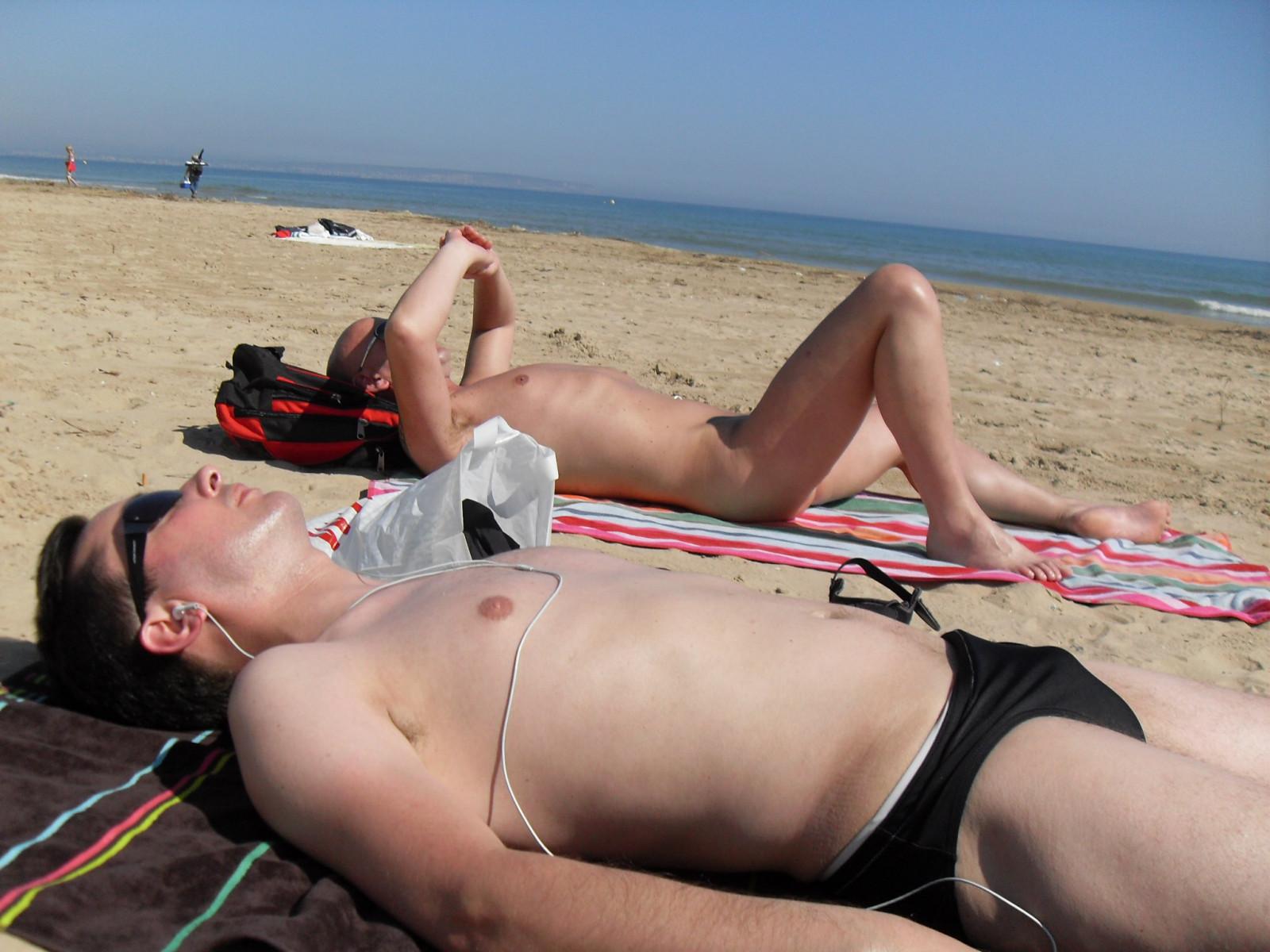 junge am strand nackt