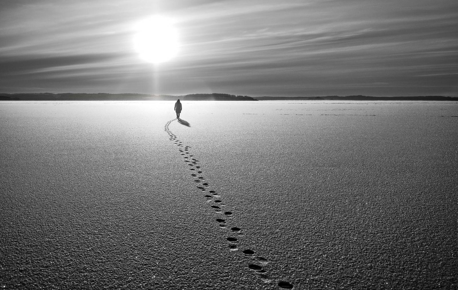Черно белые картинки с надписью на море, днем