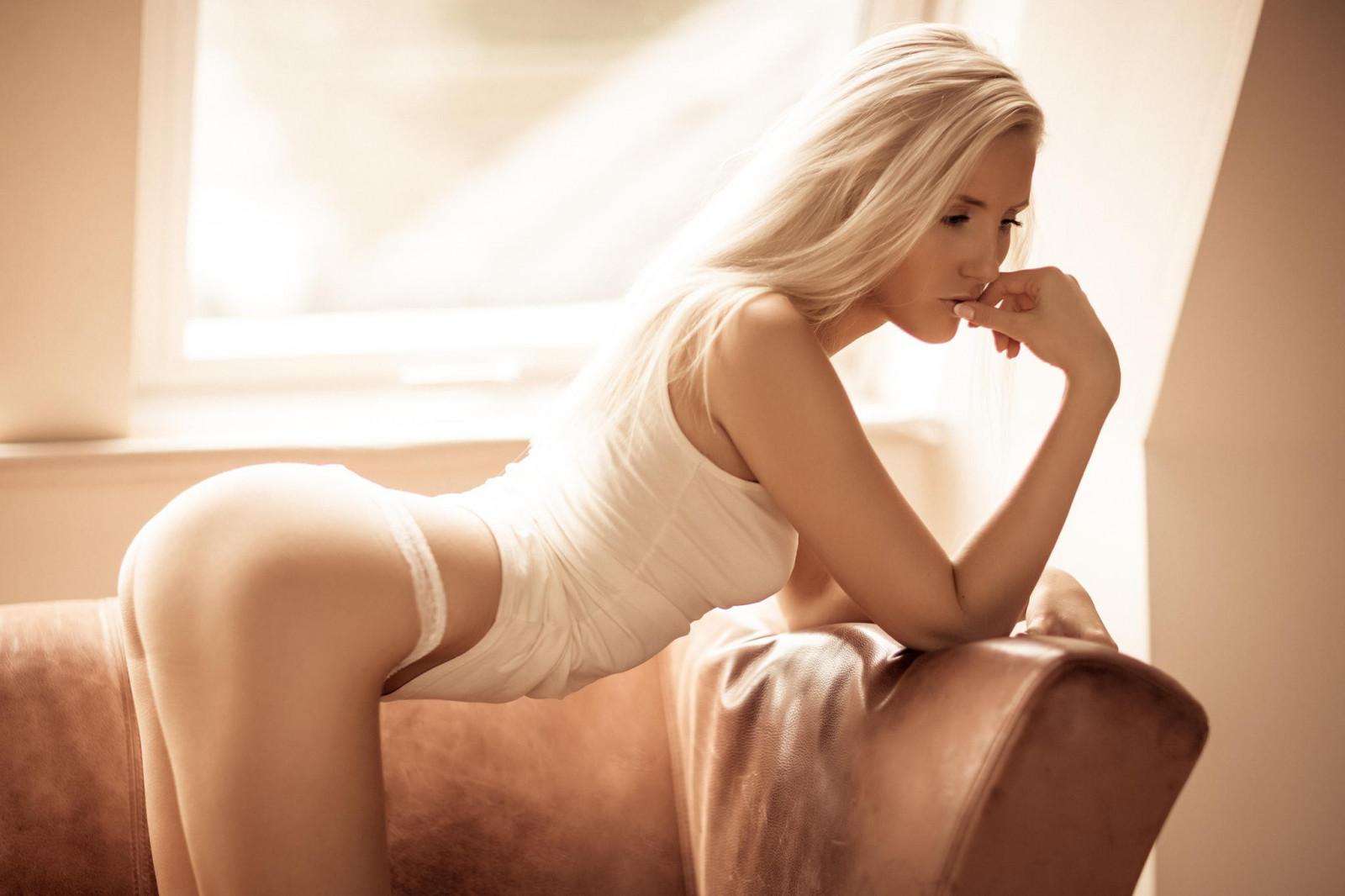 блондинки предпочитают в попку разговаривать улице парикмахершей