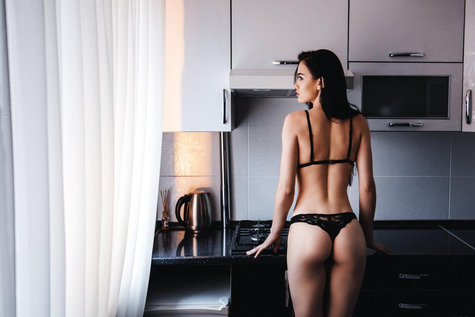 Разделась на кухни фото, Восхитительная девушка на кухне 4 фотография