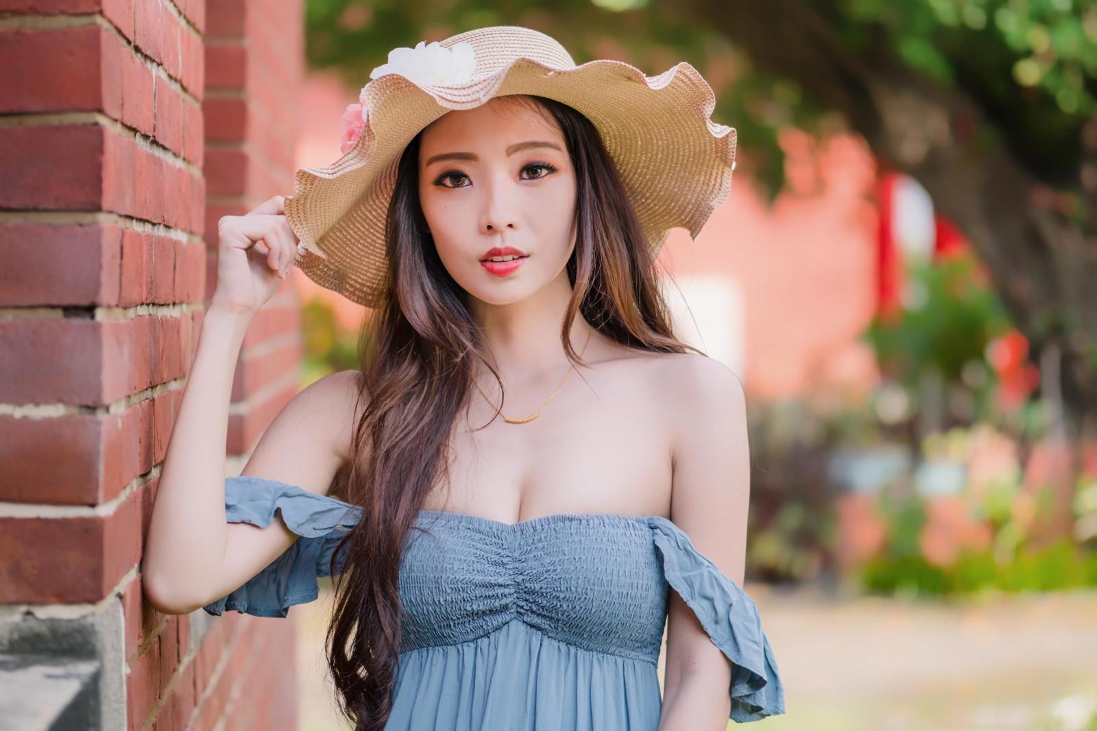 Asian model looking over shoulder — pic 1