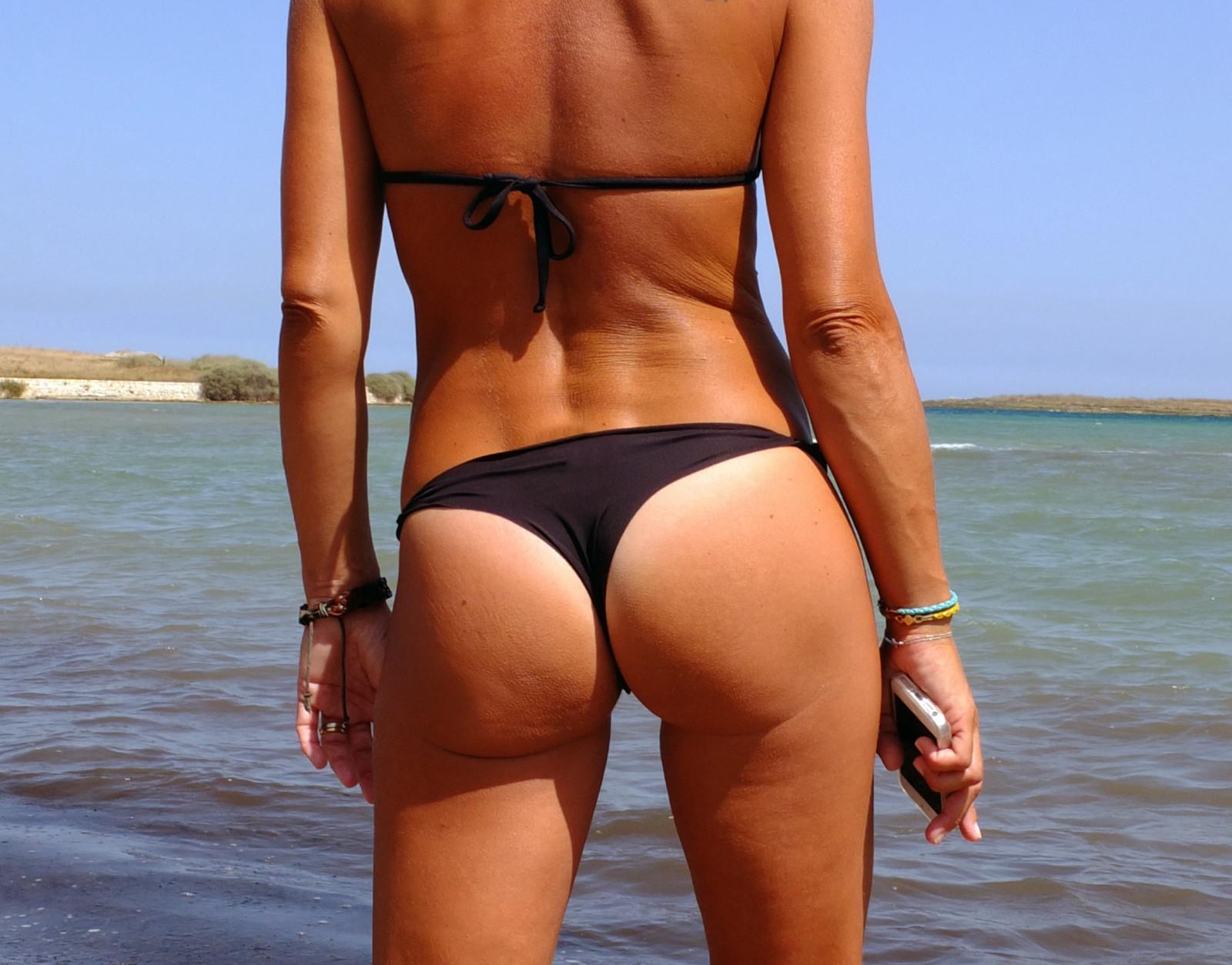 Стринги на отдыхе, Девушки в прозрачных купальниках на пляже частное 10 фотография