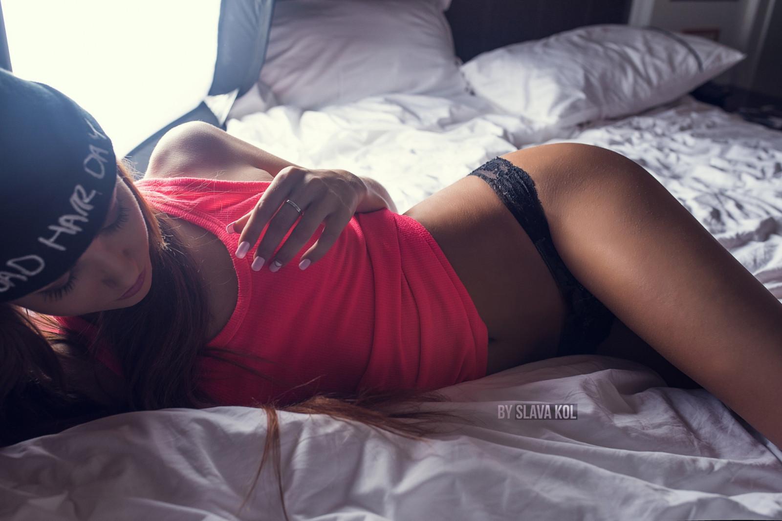 модель девушки лежа на животе физической работе кожа