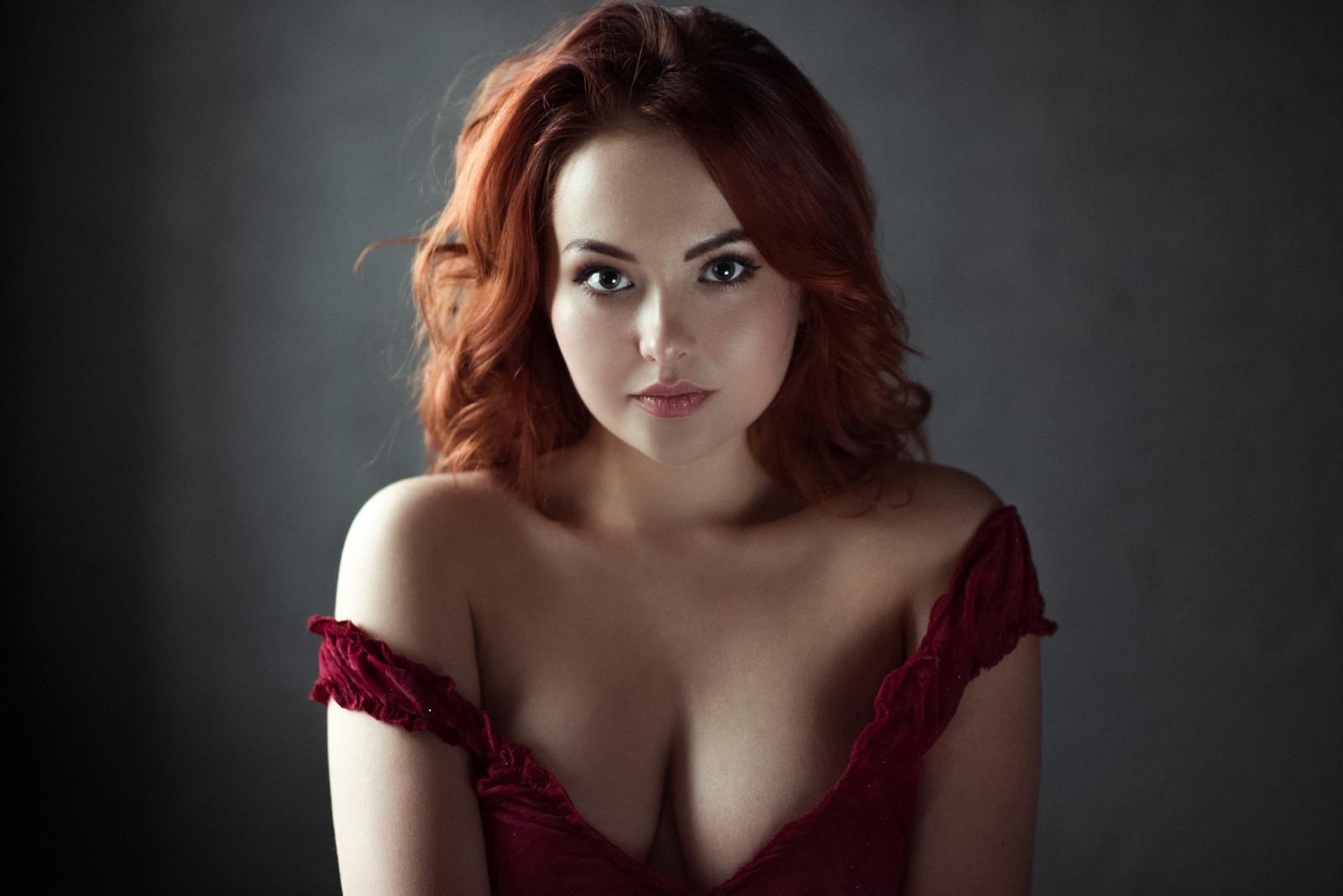 Рыжая с большими глазами и грудью, онлайн порно девка охренела от его размера