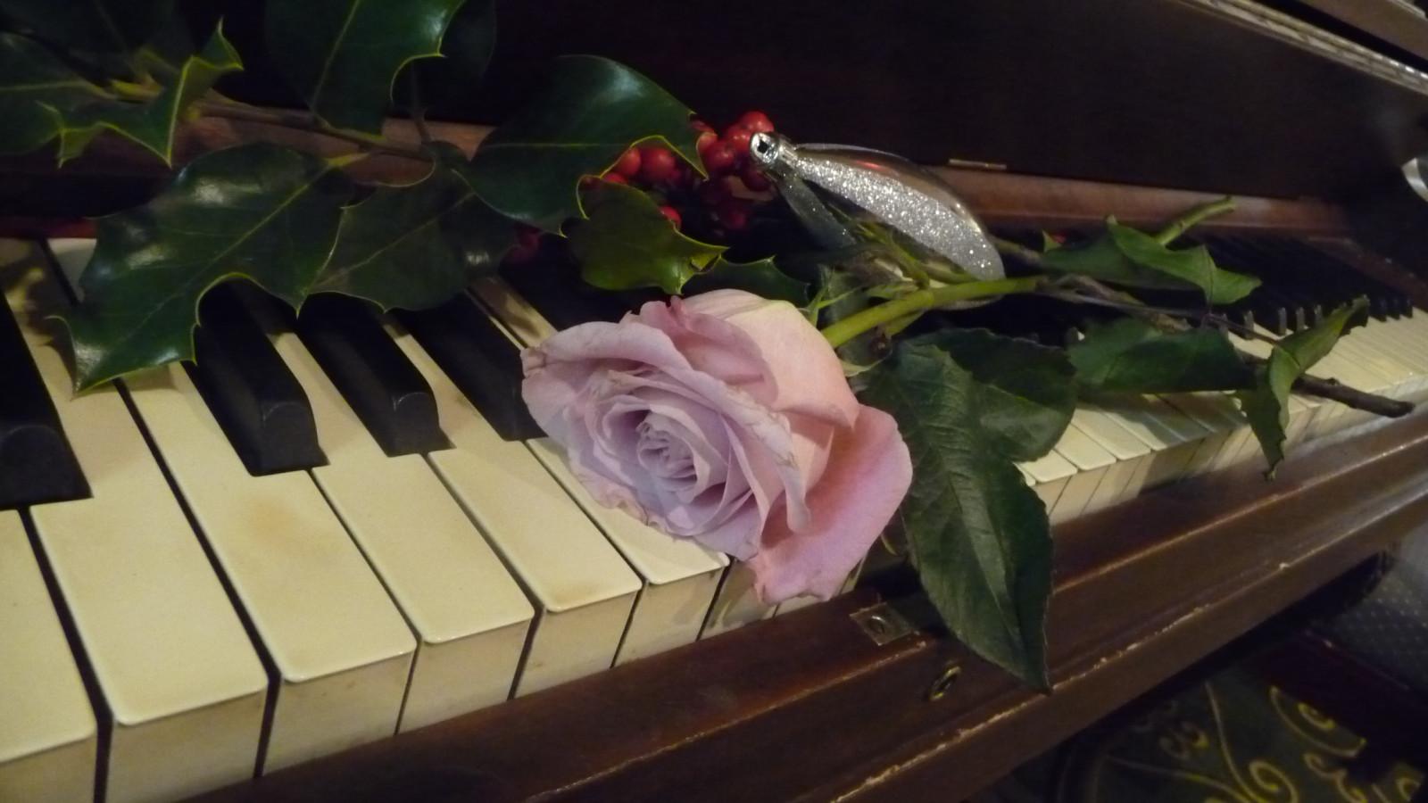 Цветы на пианино картинки