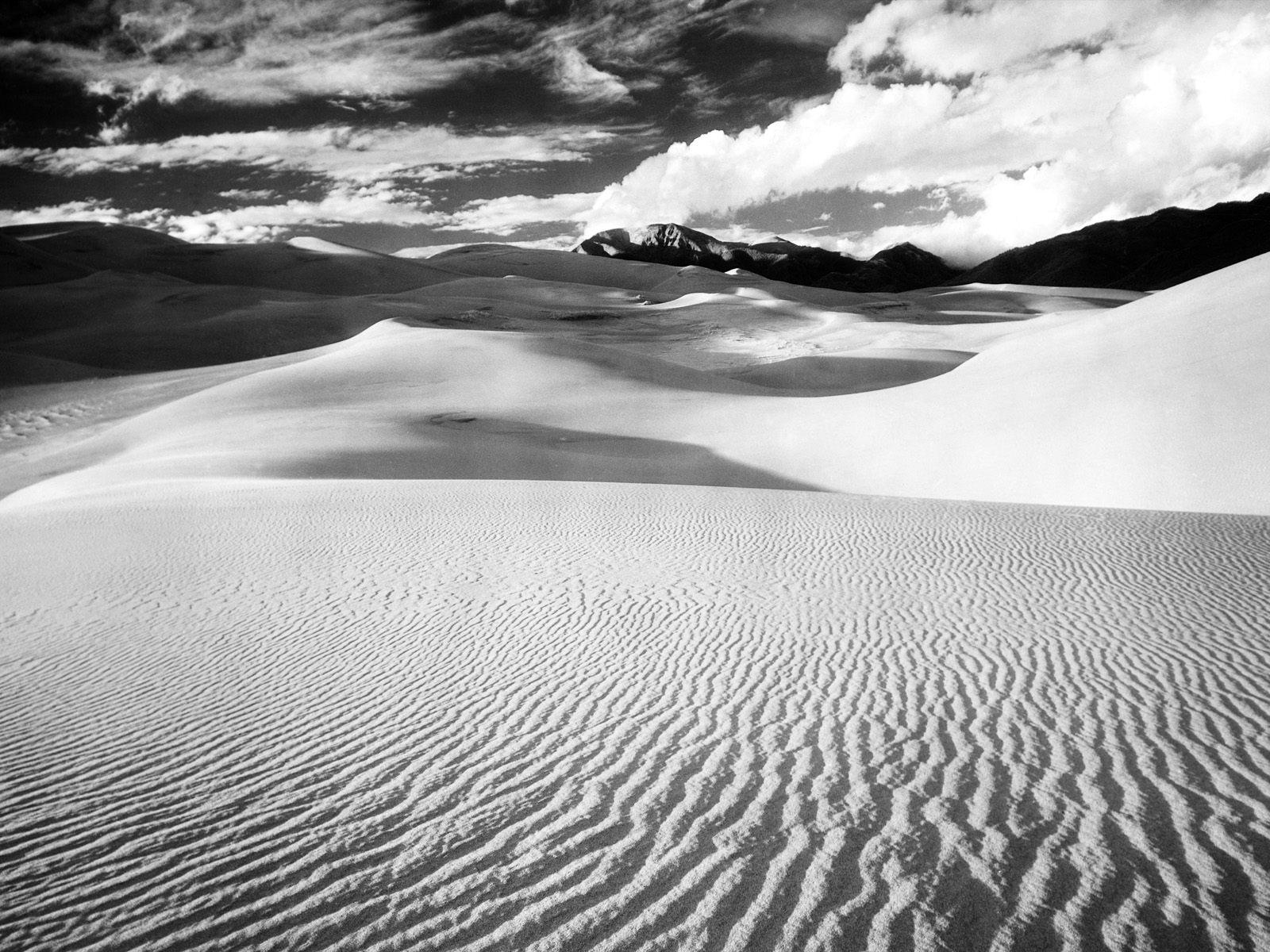 desert_sand_dunes_lines_mountains_black_and_white-775235.jpg!d