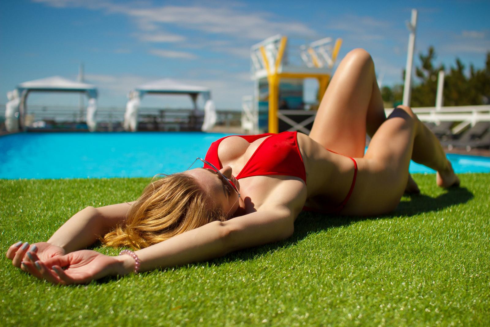 bikini-girls-playing-pool-native-american
