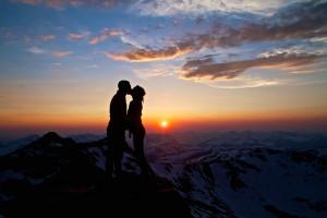 lui,lei,montagne,amore,cielo,bacio
