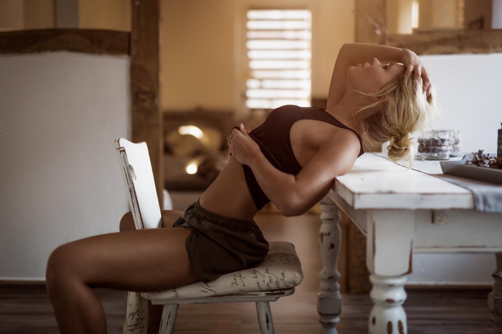грудастая блондинка сидит на стуле голая - 7