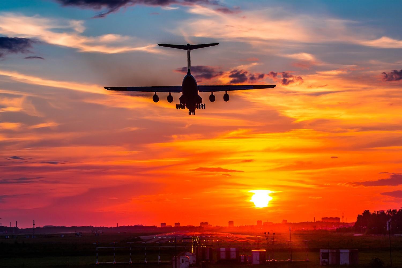 Картинки самолет взлетает на закате