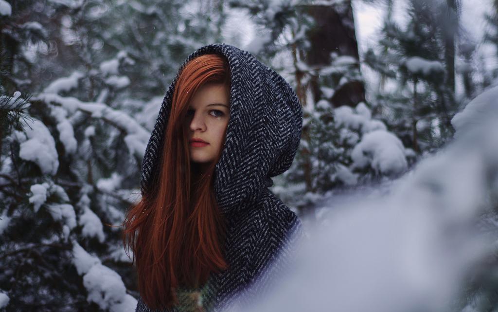 Картинка девушка в капюшоне без волос зимой