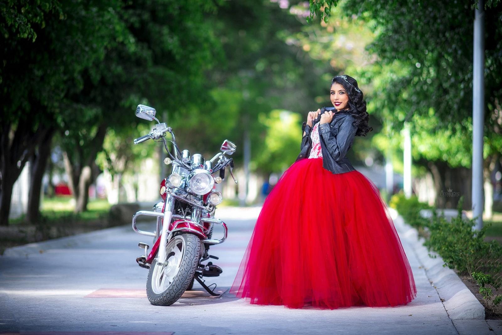 Девушка в красной кожаной юбки мотоцикл, русское порно домашнее свингеров
